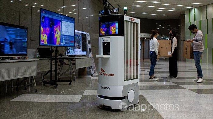 Trong bối cảnh đại dịch Covid-19 khiến mọi người phải hạn chế tiếp xúc thì robot càng được trọng dụng.