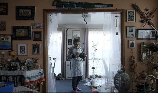 Bà Nanette Shaw đan giỏ bằng tảo bẹ.