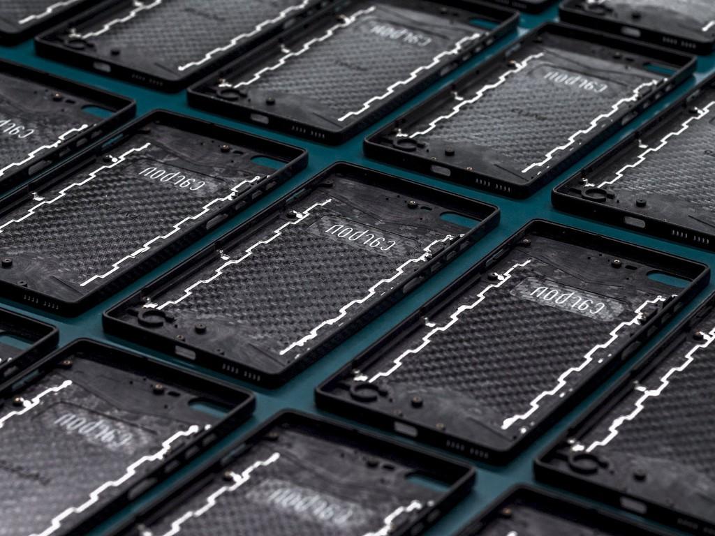 Smartphone bằng sợi carbon nguyên khối cứng hơn thép cùng kính Gorilla Glass Victus ra mắt ảnh 2