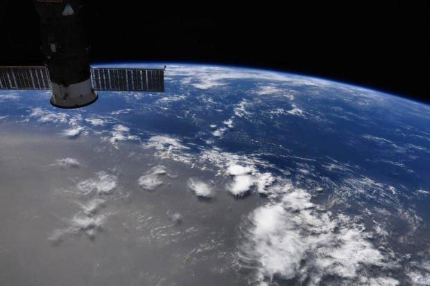 Đám mây cát bụi từ sa mạc Sahara trôi dạt trên Đại Tây Dương được phi hành gia của NASA Doug Hurley chụp từ Trạm ISS.