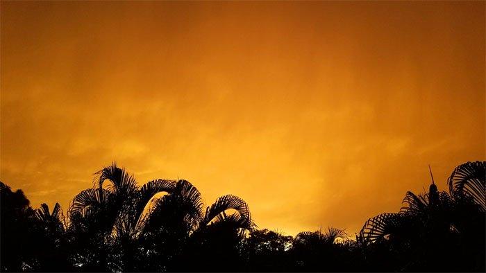 """Khung cảnh hoàng hôn tuyệt đẹp tại thành phố biển Miami """"nhờ"""" đám mây cát bụi Godzilla."""