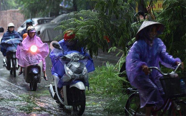 Người đi xe máy phải lách qua chướng ngại vật để tham gia lưu thông.