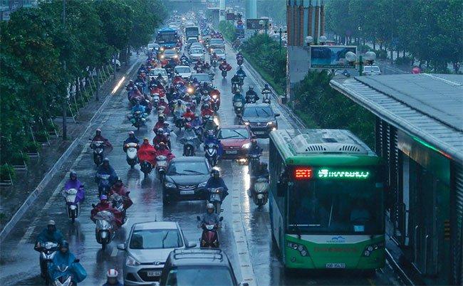 Trong khi đó, 7h30, đường Tố Hữu ở Hà Nội đã đông đúc xe cộ.