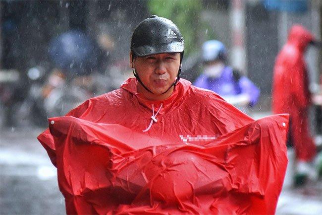 Người tham gia giao thông vất vả đi lại trong thời tiết gió bão