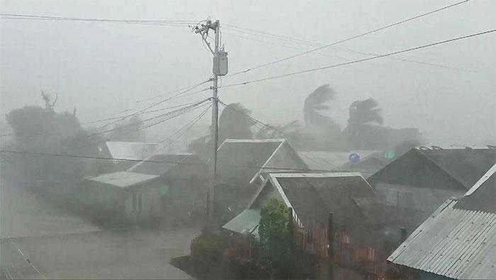 Bão Kammuri mang theo mưa lớn và gió mạnh tấn công Philippines