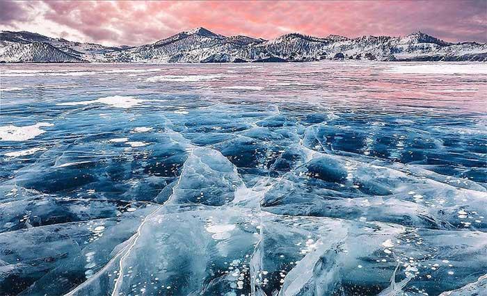 Ở các khu vực ôn đới hoặc hàn đới, việc mặt hồ bị đóng băng là chuyện khá bình thường.