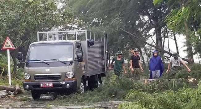 Xe tải quân đội tham gia thu dọn cây đổ tại Đồ Sơn.