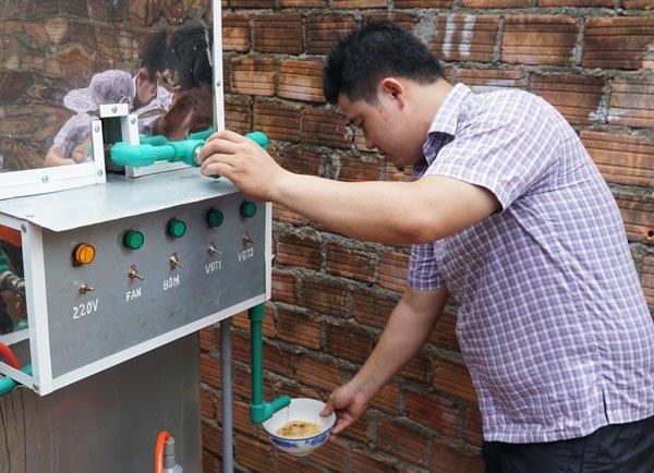 Nước sau khi đun sôi có thể dùng để chế mỳ tôm, phục vụ sinh hoạt.
