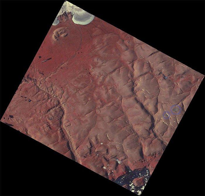 Hình ảnh vệ tinh của NASA ngày 4-8-2015, cho thấy vị trí của các chỏm băng của vịnh St. Patrick (khoanh tròn màu xanh).