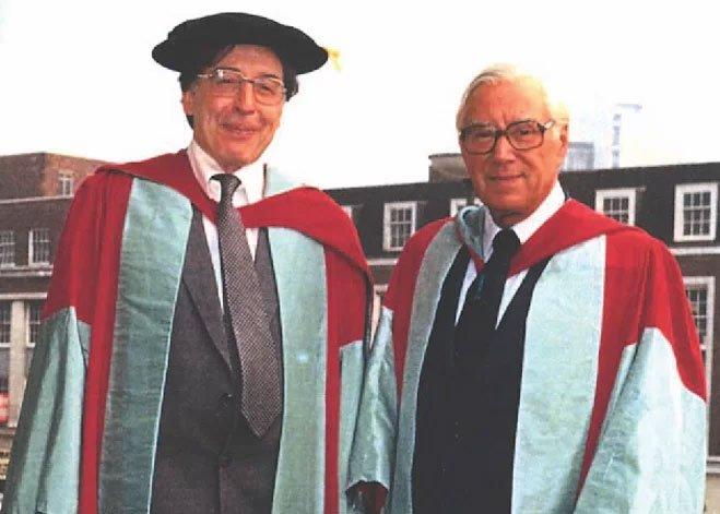 Robert G. Edwards (trái) và Patrick Steptoe.