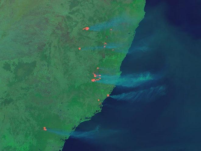 Những vệt sáng màu đỏ, dài là vị trí đang diễn ra cháy rừng.