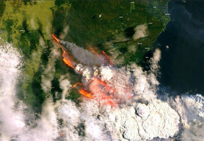Vệ tinh Sentinel-2 ghi lại được hình ảnh đám cháy rừng đang lan rộng tại Australia vào đêm giao thừa.