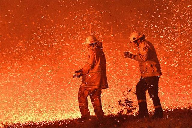 Lính cứu hỏa đang làm việc cả ngày đêm để khắc phục tình trạng này.