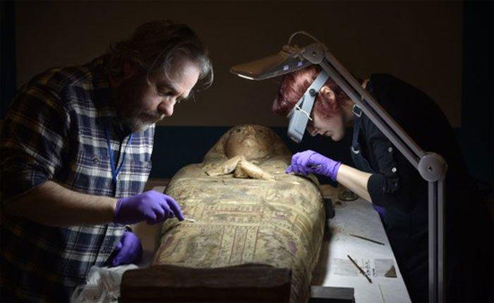 Các chuyên gia kiểm tra và làm sạch quan tài trước khi chuyển tới bảo tàng mới.