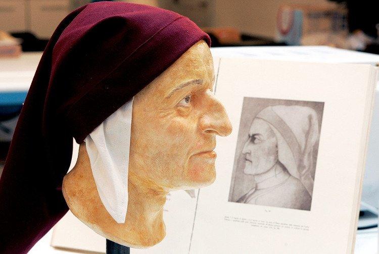 Dante Alighieri (1265-1321) là một thiên tài, một nhà thơ lớn, nhà thần học người Italia.