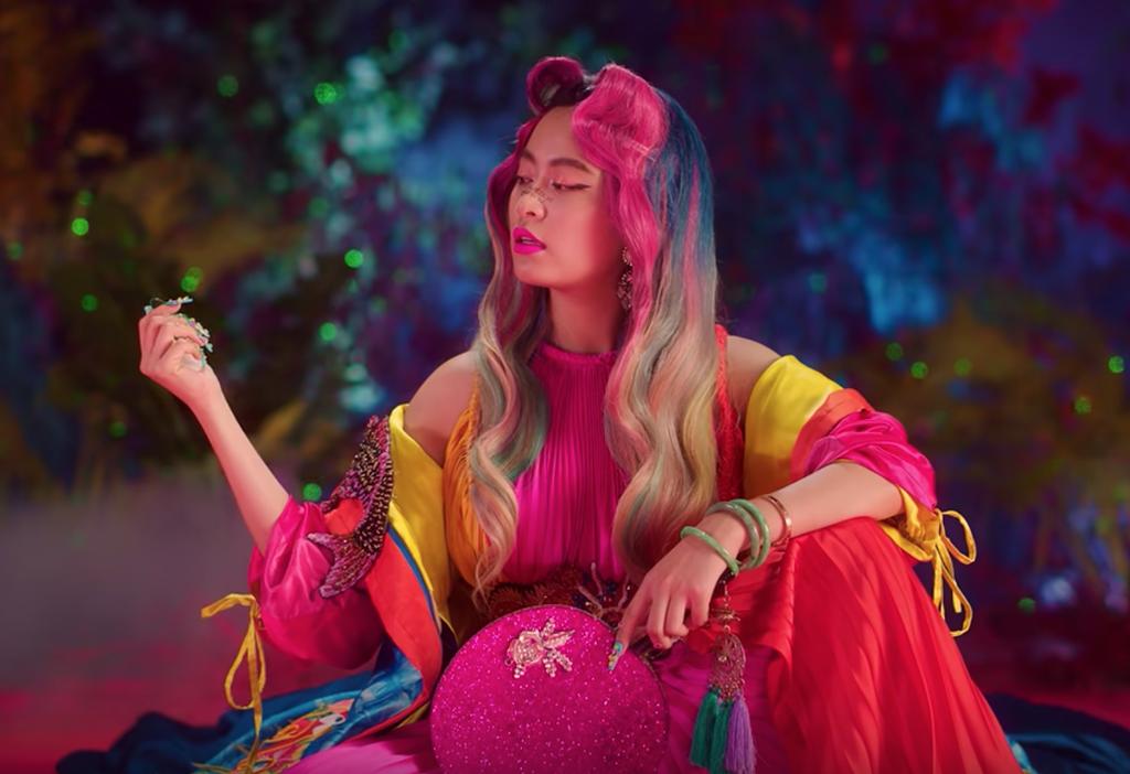 """Vsmart Active 3 xuất hiện đầy ẩn ý trong MV triệu view """"Kẻ cắp gặp bà già"""" của Hoàng Thùy Linh ảnh 3"""