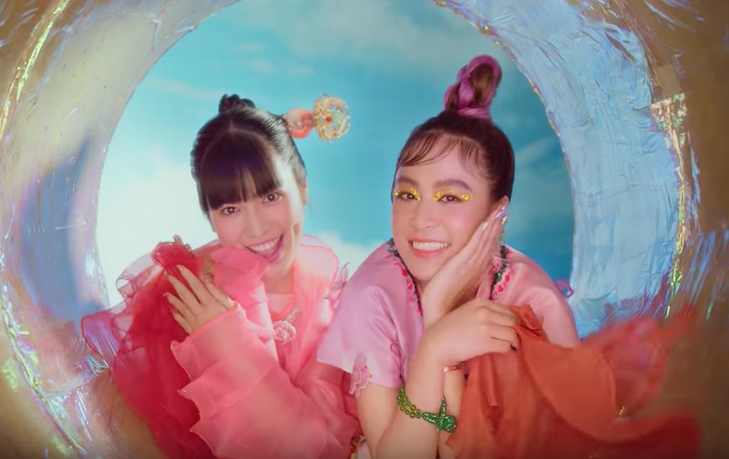 """Vsmart Active 3 xuất hiện đầy ẩn ý trong MV triệu view """"Kẻ cắp gặp bà già"""" của Hoàng Thùy Linh ảnh 4"""