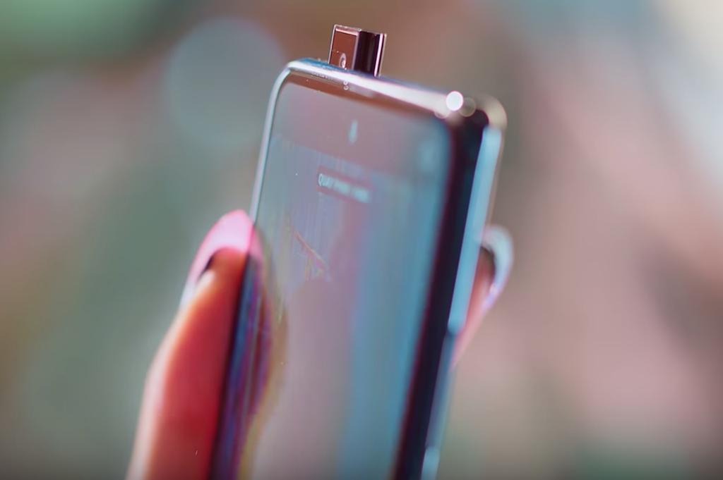 """Vsmart Active 3 xuất hiện đầy ẩn ý trong MV triệu view """"Kẻ cắp gặp bà già"""" của Hoàng Thùy Linh ảnh 6"""