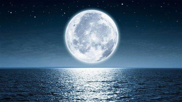 Hình ảnh Mặt trăng được mô phỏng khuếch đại trên mặt biển.