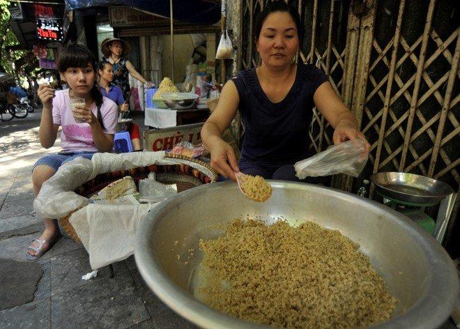 Người dân nhiều vùng miền trên cả nước vẫn giữ phong tục mua rượu nếp, trái cây, cúng lễ trong ngày Tết Đoan Ngọ.