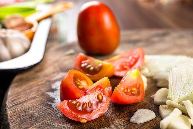 Khi chúng ta ăn cà chua với đường trắng, dễ đau bụng, gây tiêu chảy.