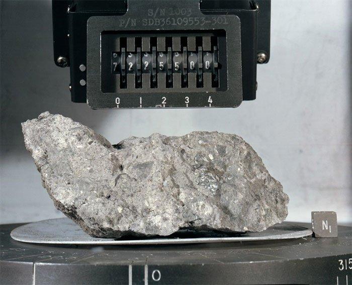 Môt tảng đá được lấy từ mặt trăng và do nhiệm vụ Apollo 17 (NASA) mang trở lại Trái đất.