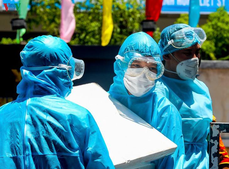 Vận chuyển thiết bị y tế hỗ trợ Đà Nẵng. Ảnh: VOV