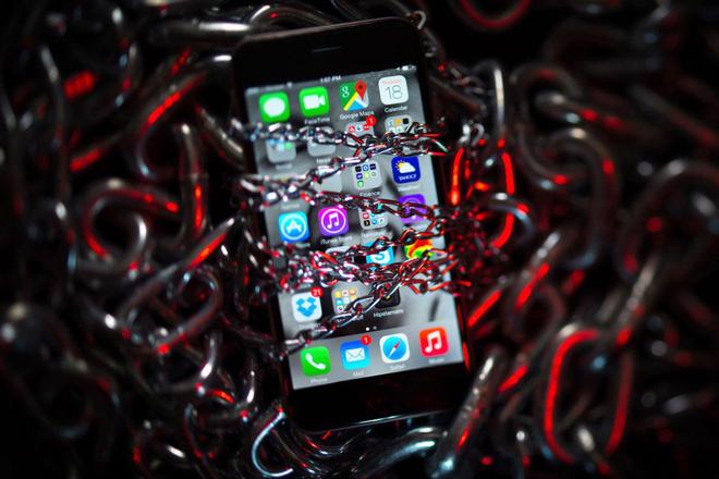 Tin tặc chê bảo mật iPhone quá tệ, bán không được giá bằng lỗ hổng bảo mật Android - Ảnh 1.
