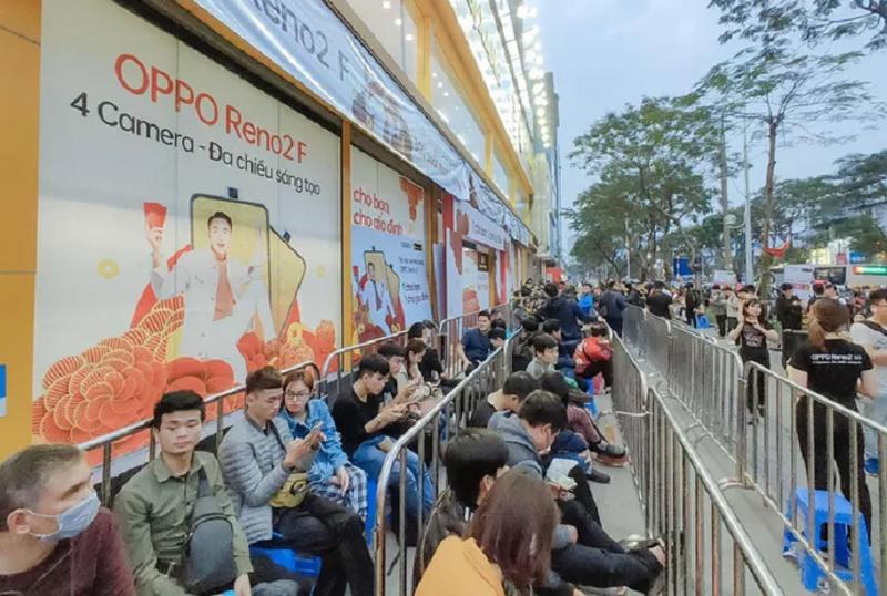 Fan cong nghe Ha Noi xep hang cho mua OPPO Reno2 F
