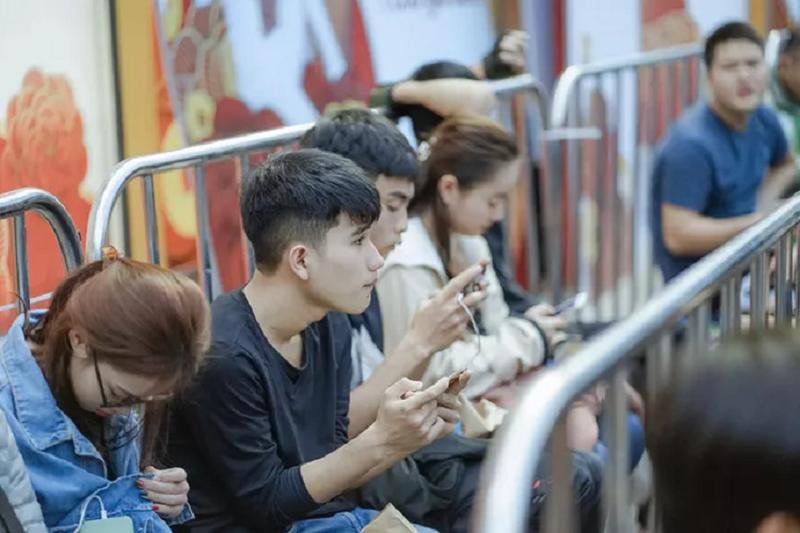 Fan cong nghe Ha Noi xep hang cho mua OPPO Reno2 F-Hinh-2