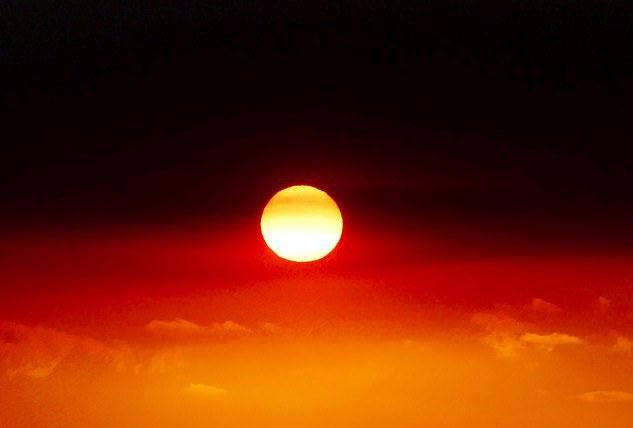 Bức ảnh Mặt Trời giữa ngọn lửa kỳ dị ở Úc.