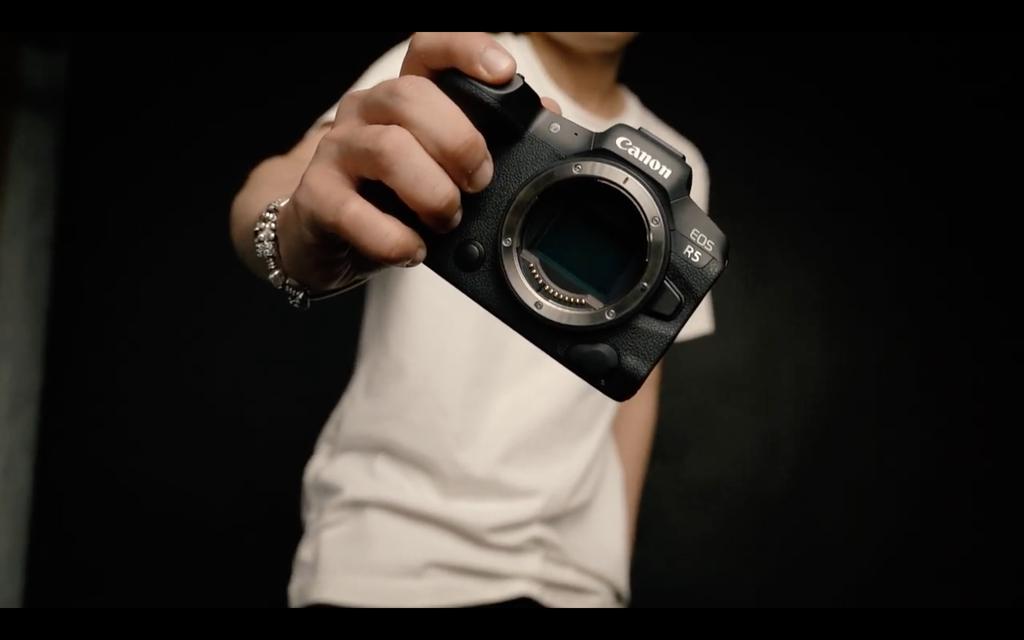 Editors Choice Awards 2020: Máy ảnh không gương lật nổi bật của năm - Canon EOS R5 ảnh 1