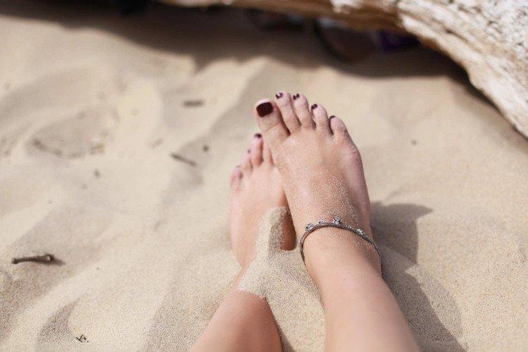 Ngâm chân trong bia lạnh giúp đôi chân bạn thoải mái hơn sau một ngày đi lại mệt mỏi.