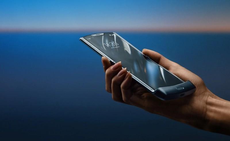 Motorola RAZR 2 se so huu man hinh 6,7 inch