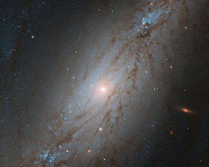 Thiên hà NGC 7513 di chuyển với vận tốc khoảng 5,6 triệu km mỗi giờ.