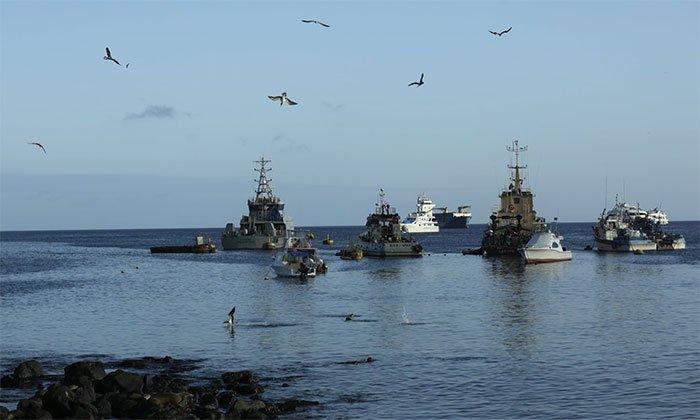 Thuyền đánh cá và du lịch neo đậu ở vịnh San Cristóbal, quần đảo Galapagos, Ecuador.