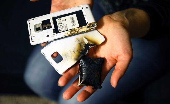 Sạc một chiếc điện thoại ở môi trường nhiệt độ quá cao cũng có thể khiến cho các cell pin bị vỡ và gây chập cháy.