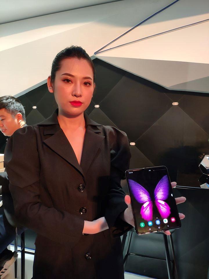 Siêu phẩm Galaxy Fold giá 50 triệu đồng mới ra đã cháy hàng, Samsung cho đặt trước Galaxy Fold lần thứ ba