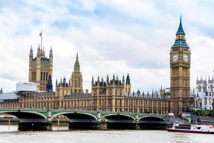 100 năm sau, sông Thames vẫn tấp nập các du thuyền chở du khách tham quan, vãn cảnh thành phố.