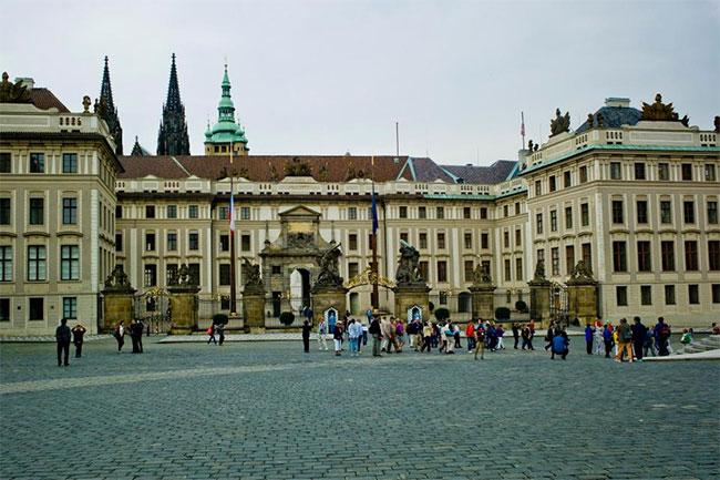 Giống nhiều công trình kiến trúc tiêu biểu của Châu Âu luôn thu hút khách thập phương