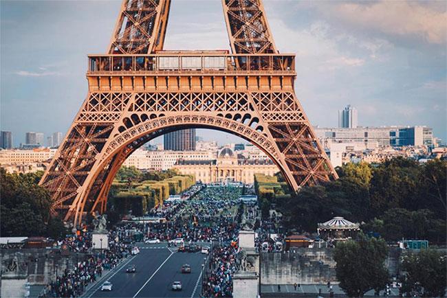 """Hiện tại, tháp Eiffel vẫn duy trì độ nổi tiếng của mình, trở thành dấu ấn riêng biệt của """"kinh đô ánh sáng""""."""