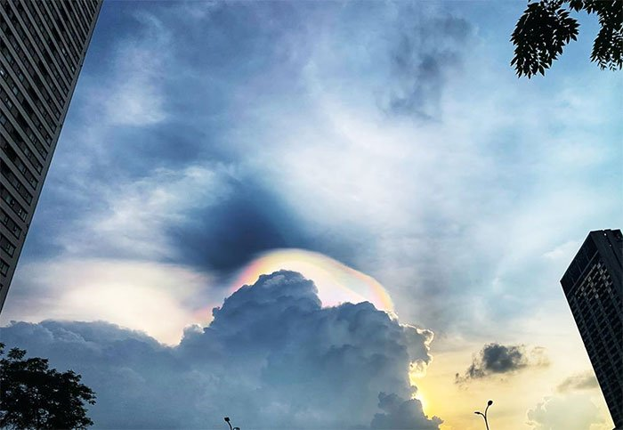 Mây ngũ sắc ở Hà Nội.