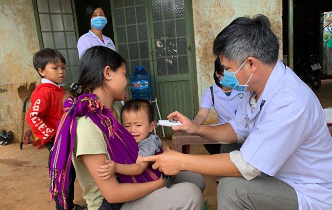 Ngành y tế tổ chức khám sàng lọc và điều trị dự phòng cho người dân làng Bông Hiot