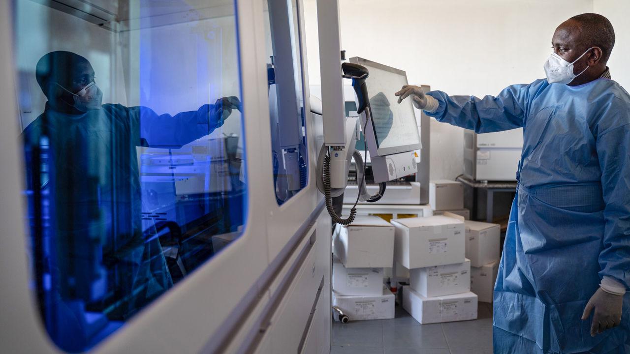 Một nhân viên kỹ thuật xét nghiệm Covid-19 tại Kigali, Rwanda. Theo các chuyên gia dịch tễ học, các nhân viên y tế cần được tiêm vaccine trước tiên. Nguồn: SIMON WOHLFAHRT/Một hãng tin quốc tế/GETTY IMAGES