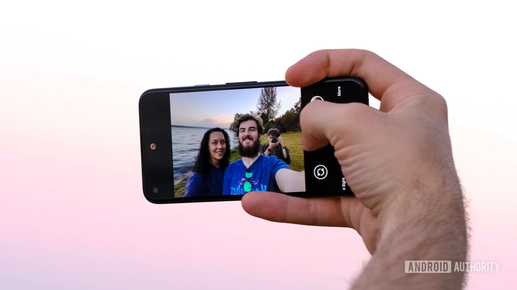 """Google sẽ tắt làm đẹp khi selfie trên Pixel để tránh """"ảnh hưởng tiêu cực tới tâm lý"""" ảnh 1"""