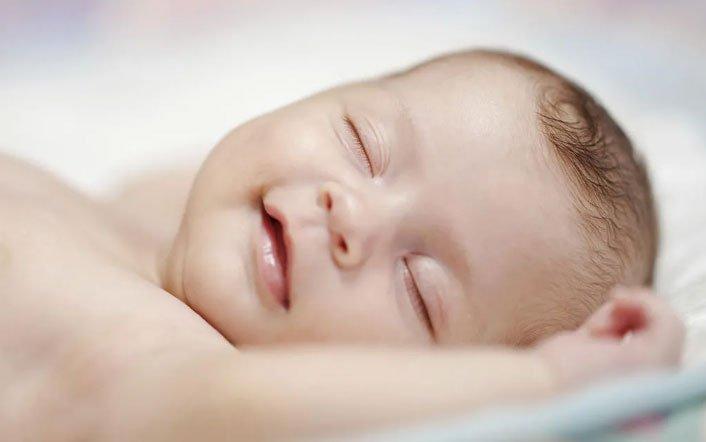 Khi bé chưa được 1 tuổi thì cha mẹ vẫn nên đặt bé nằm ngửa khi bắt đầu ngủ.
