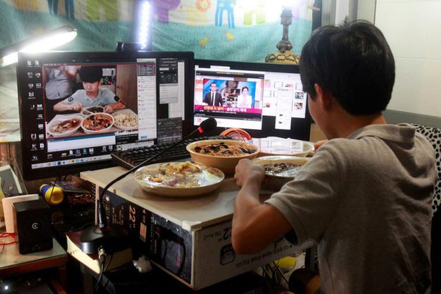 Mukbang: Trào lưu ăn cho người khác xem mang lại thu nhập hàng trăm triệu mỗi tháng nhưng đằng sau lại là góc khuất về sự cô đơn không ai biết - Ảnh 9.