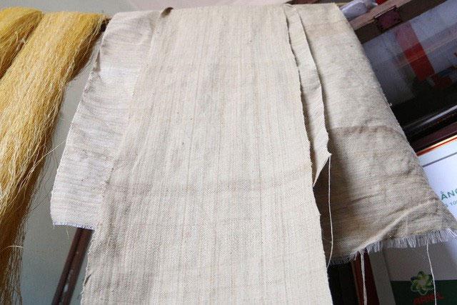 Để làm ra chiếc khăn dài 1,7m phải cần tới 4.800 cuống sen.