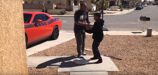 Ép con trai dùng đá đập bể PS4 vì học hành bết bát, ông bố Youtuber bị internet lên án - Ảnh 3.