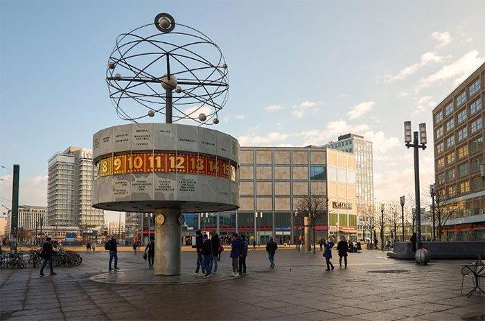 Đồng hồ thế giới ở Berlin hiển thị thời gian được đồng bộ theo giờ UTC ở 148 thành phố.